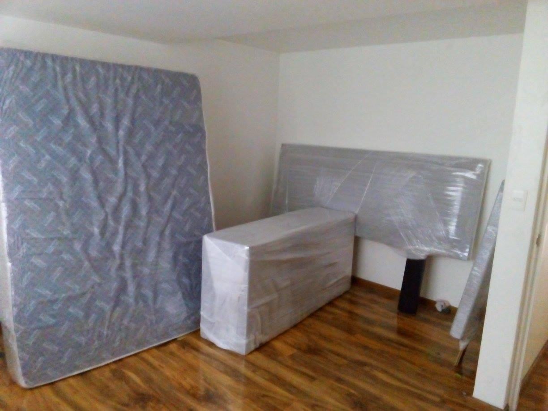 Protegemos los muebles del cuarto de los niños con colchoneta, plástico adherible y  polifoam.