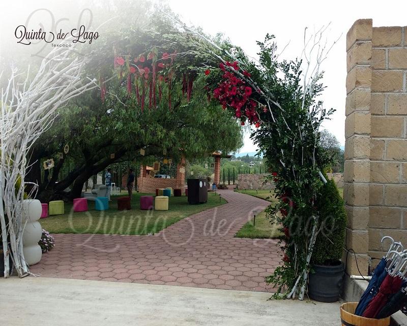 Comenzamos por decorar la entrada del lugar es uno de los espacios que verán los invitados al llegar.