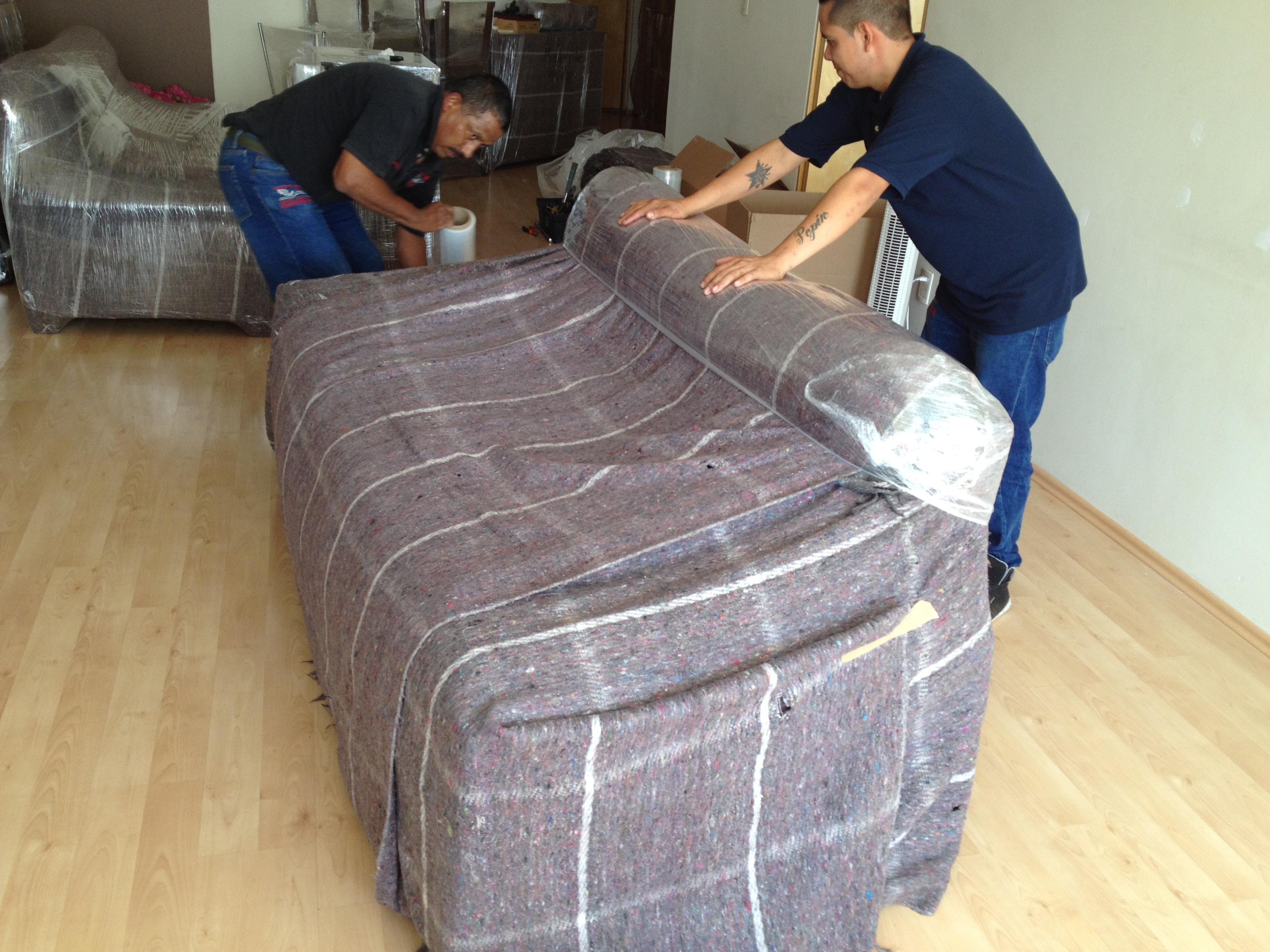 Colocamos colchonetas y platico adherible, de esa forma evitamos que los muebles se dañen